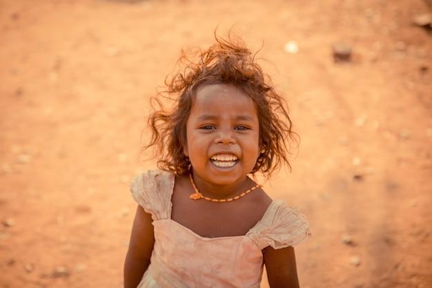 Das baby lächelt und ist glücklich, wenn es die touristen sieht