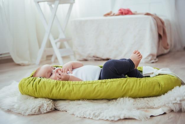 Das baby schläft im bett. ein gesundes kleines baby