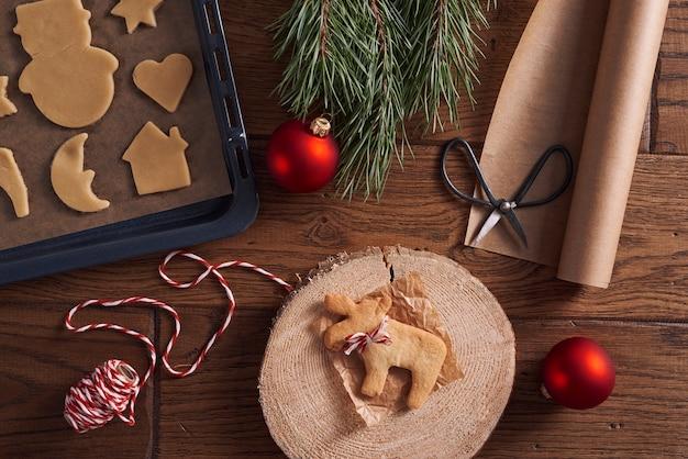 Das backen von lebkuchenplätzchen ist eine weihnachtstradition