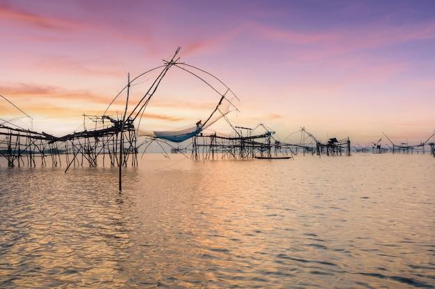 Das bambus-quadrat-fischernetz aus bambus und einem netz von fischern in südthailand, phatthalung, thailand