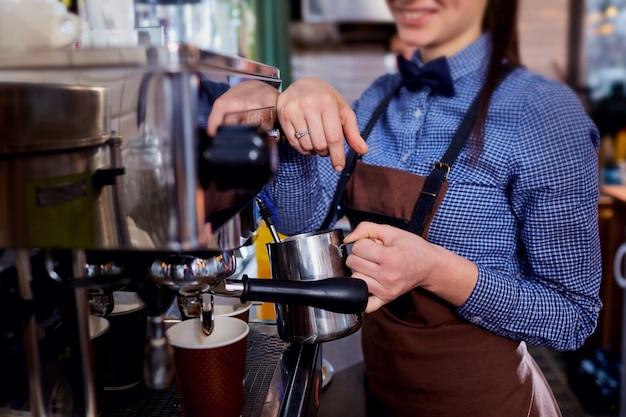 Das barmixer barista mädchen, das kaffee an arbeitsplatz macht