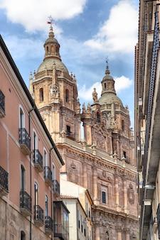Das barocke portal der iglesia de la clerecia - päpstliche universität in salamanca, spanien