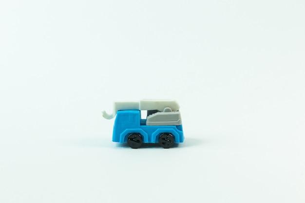 Das bauspielzeugauto auf weißem hintergrund.