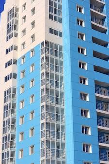 Das bewohnte hochhaus gegen den blauen himmel