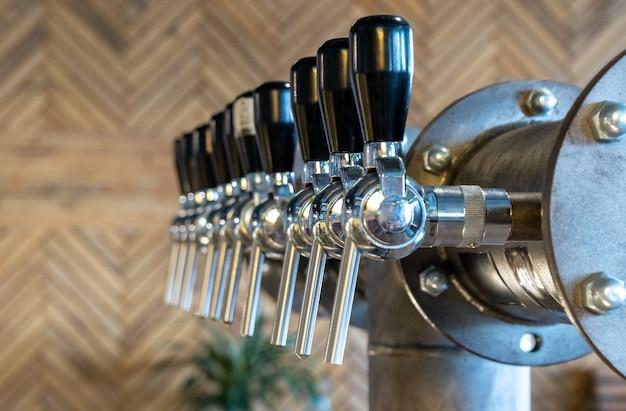 Das bier zapft in einer kneipe
