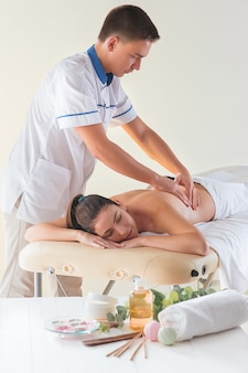 Das bild der schönen frau im massagesalon