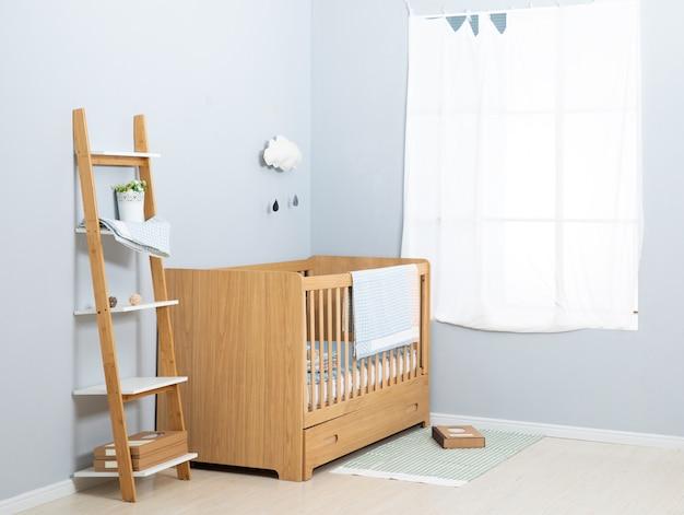 Das bild des kinderbetts unter dem weiß