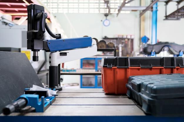 Das bild des montagetisches mit dem roboter, der nach arbeitstag festzieht.