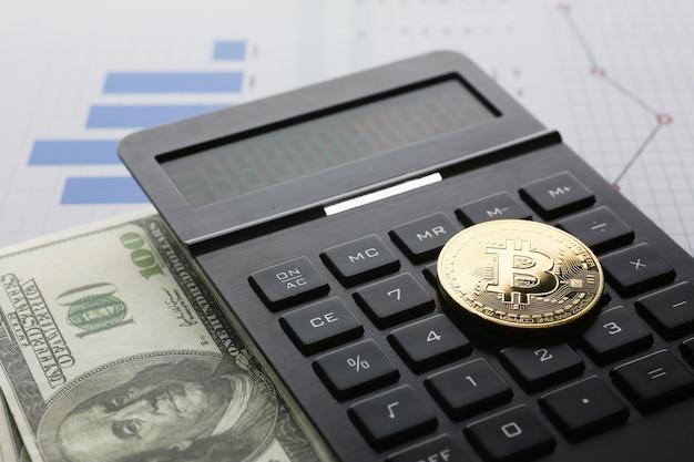 Das bitcoin liegt auf der tastatur des schwarzen