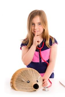 Das blonde kindermädchen, das vortäuscht, ist doktor mit igelem