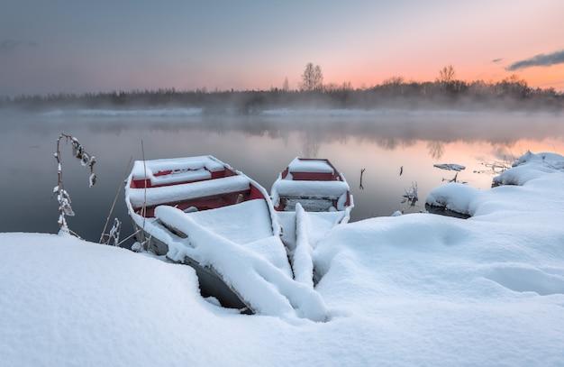 Das boot im winter auf dem eiskalten see