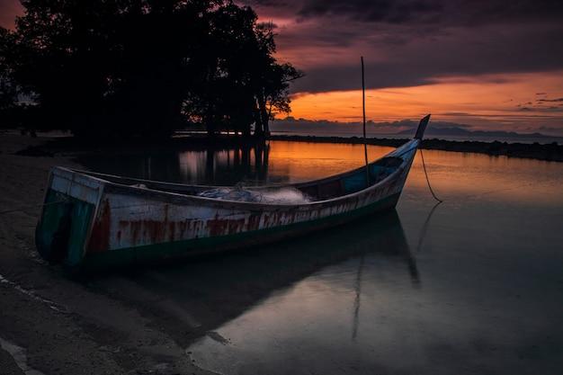 Das boot ist am weißen sandstrand geparkt