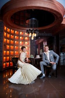 Das brautpaar in einem innenraum des restaurants