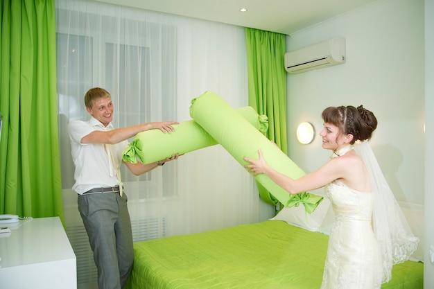 Das brautpaar in einem innenraum im hotelzimmer