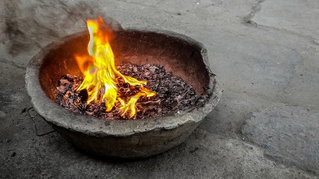 Das brennende papier der flamme. nach dem glauben chinas.