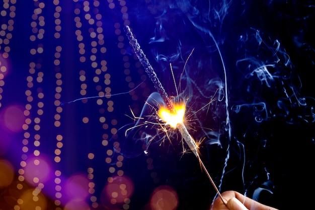 Das brennende wunderkerzen diwali festival. diwali in indien feiern.