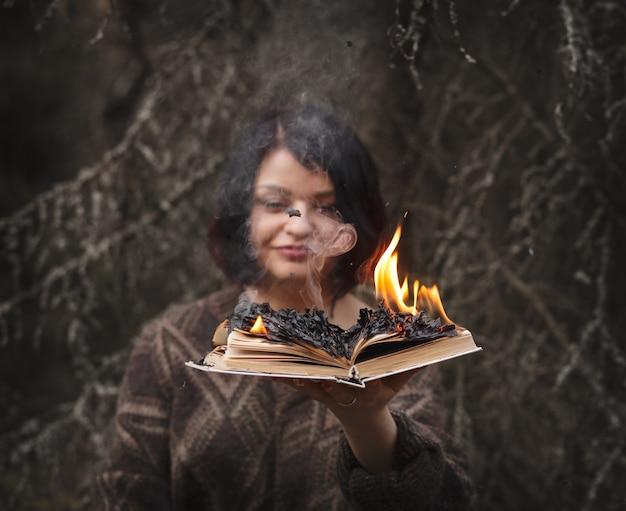 Das buch brennt in den händen einer frau