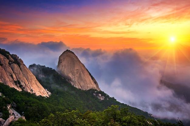 Das buchan-gebirge ist in seoul, korea, von morgennebel und sonnenaufgang bedeckt