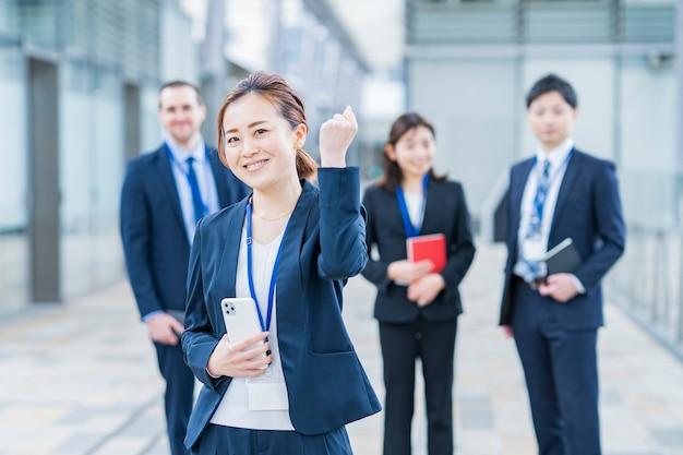 Das business-team im anzug lächelt und posiert zum jubeln