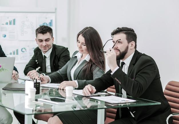 Das business-team von fachleuten bereitet eine präsentation eines neuen finanzprojekts vor