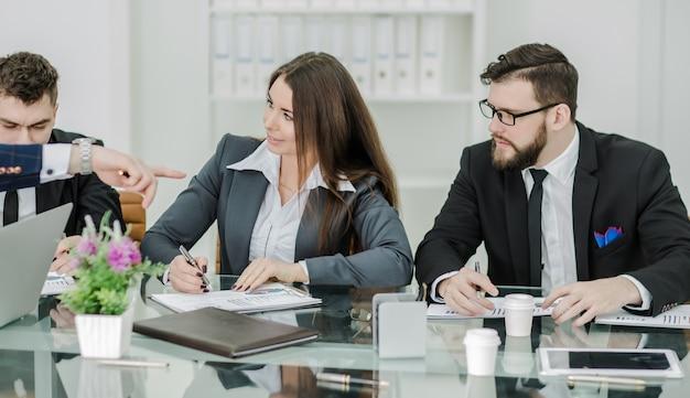 Das business-team von fachleuten bereitet eine präsentation eines neuen finanzprojekts vor.