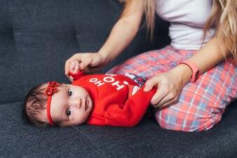 Das charmante Baby liegt auf dem Sofa