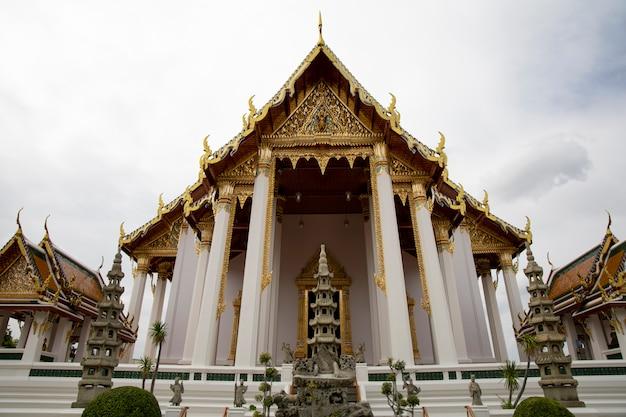 Das chuch ist ein wunderschönes wahrzeichen und berühmt im suthat-tempel in bangkok, thailand