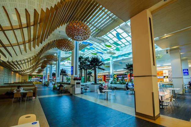 Das city centre mirdif im einkaufszentrum dubai bietet über 400 geschäfte, gastronomie und unterhaltungsmöglichkeiten. das einkaufszentrum wurde 2010 eröffnet und wird von majid al futtaim properties betrieben.