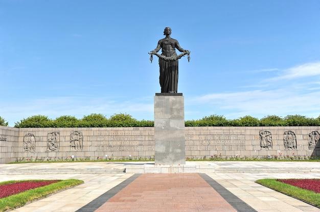 Das denkmal am piskarevskoye-erinnerungskirchhof in st petersburg, russland