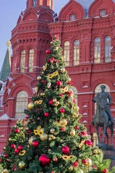 Das denkmal für marschall georgy zhukov und weihnachtsbäume am historischen museum auf dem roten platz in moskau, russland