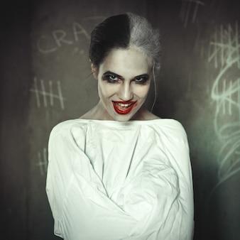 Das depressive model posiert mit schwarzen und weißen haaren
