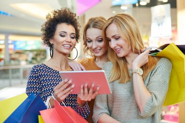 Das digitale tablet ist beim einkaufen sehr hilfreich