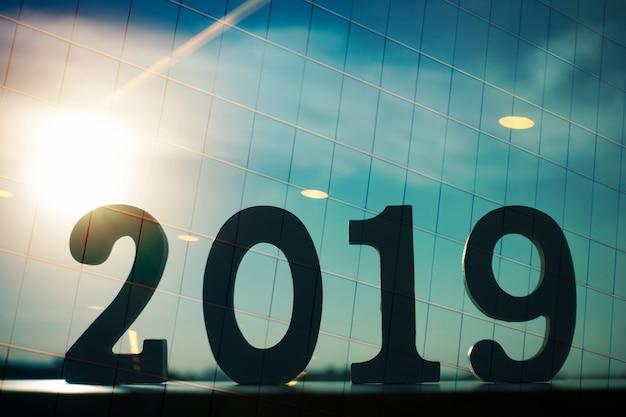 Das doppelbelichtungsbild von 2019 überlagert mit fenstergebäude und sonneneruption.