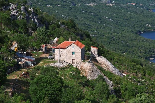 Das dorf in den albanien-bergen