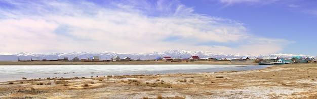 Das dorf koshagach in der chui-steppe panorama des nationaldorfes altai