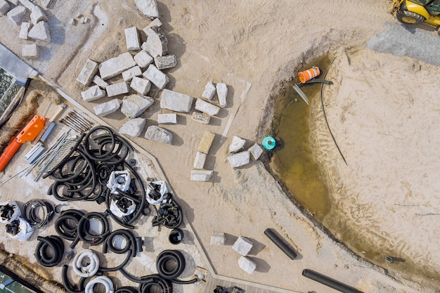 Das drainagerohrsystem zur verlegung von unterirdischen versorgungsleitungen aus schwarzen pvc-abwasserrohren liefert abwasser