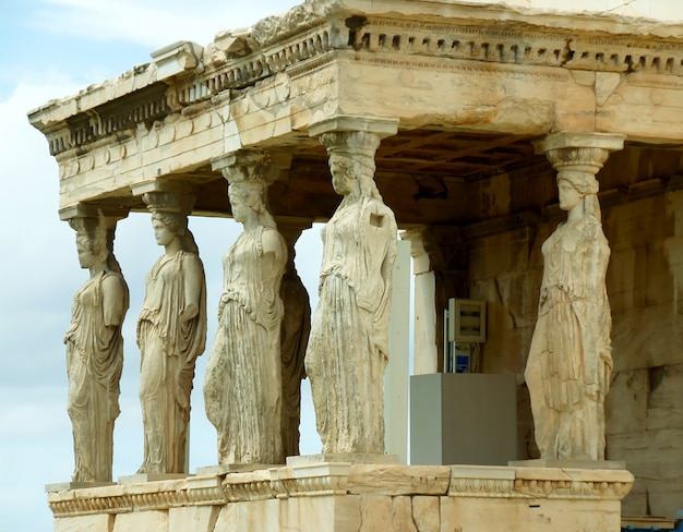 Das eindrucksvolle karyatidenportal des antiken griechischen tempels von erechtheum auf der akropolis, athen, griechenland