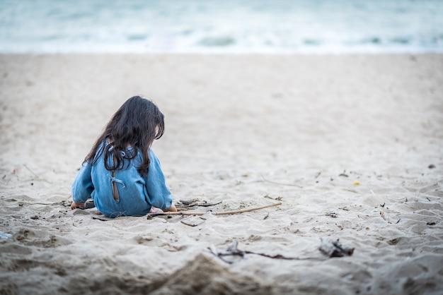 Das einsame mädchen am strand