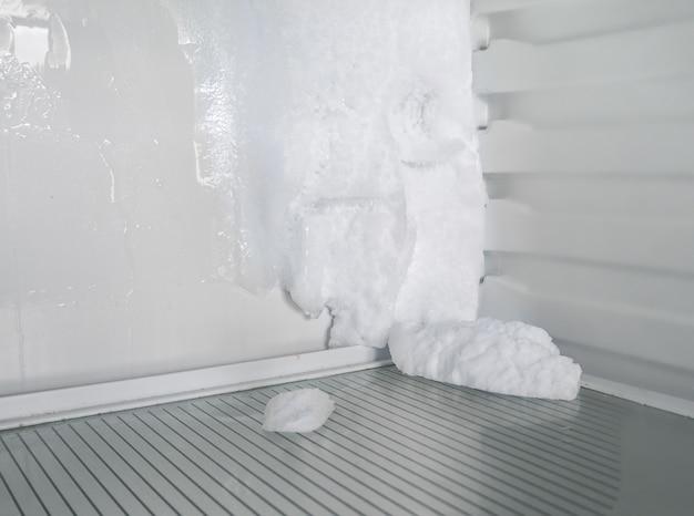 Das eis im kühlschrank. abtauen des kühlschranks.