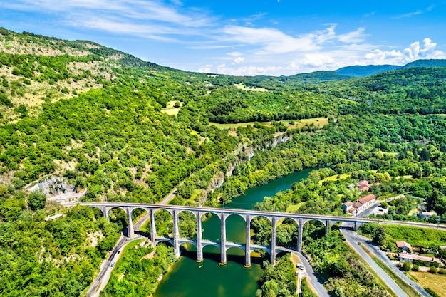 Das eisenbahn- und straßenviadukt cize-bolozon über die ain-schlucht in frankreich