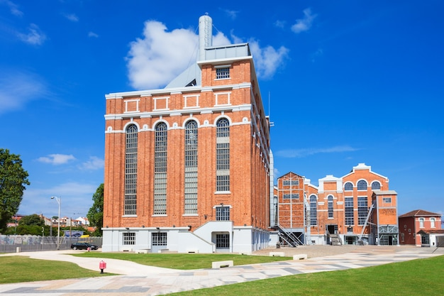 Das elektrizitätsmuseum ist ein zentrum, das die entwicklung der energie mit einem museum für wissenschaft und industriearchäologie in lissabon präsentiert