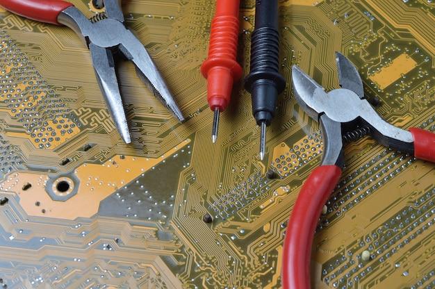 Das elektronik-reparatur-tool liegt auf dem motherboard des computers