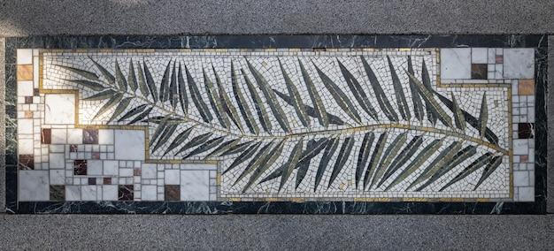 Das element der gestaltung der treppe der künste. mosaiktafel im aivazovsky park (paradiespark).