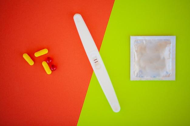 Das ergebnis ist positiv mit zwei streifen und kondom mit verhütungsmittel