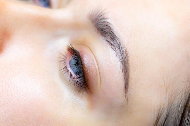 Das ergebnis nach dem permanent make-up der augenlider und wimpern