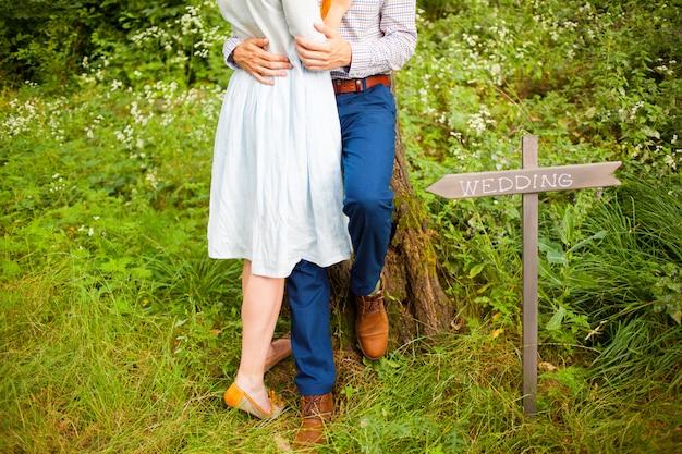Das erntebild von romantischen paaren mit grünem gras
