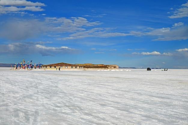 Das erste salzhotel von uyuni salt flats mit den flaggen vieler länder der welt, bolivien