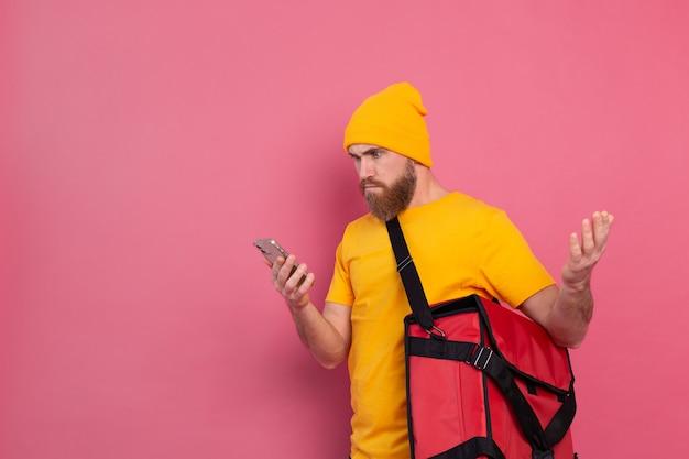 Das essen liefert empört missfallen, wenn man das telefon auf pink betrachtet