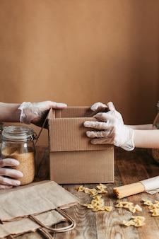 Das essen wird in einer spendenbox auf einem holztisch gesammelt.