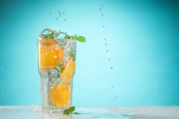 Das exotische cocktail und die frucht der rose auf blau